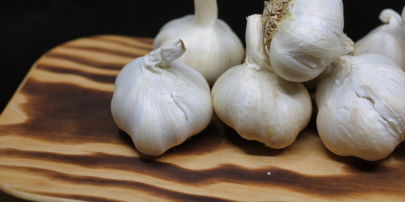 A picture of some cloves of garlic